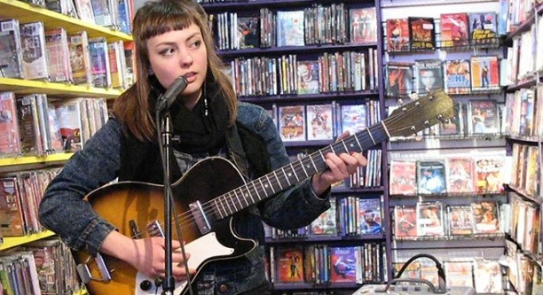 "Angel Olsen novom pesmom najavljuje deluxe izdanje ""Burn Your Fire for No Witness"""