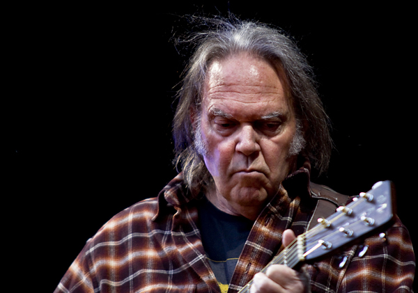 "Neil Young izdaje ""low-tech"" album"