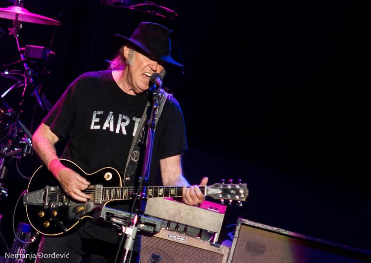 Neil Young najavio novi album benda Crazy Horse