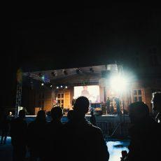 Novembar Banovina Dvorište Univerziteta Tako mlad i tako čist Svirka Galerija Fotografije Licem prema zemlji Deguelo Protektori